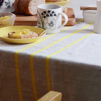 汚れがつきにくく丈夫なので、テーブルクロスにもぴったり。使い込むほどに柔らかく、味のある風合いに変化していきます。