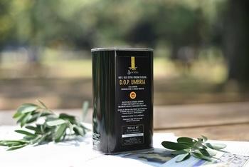 イタリアの『スアトーニ社』のエクストラバージンオイル。有機栽培農法のオリーブ4種類をブレンドしたスパイシーで芳香な香りが特徴のオリーブオイルです。ブラック缶のシンプルでお洒落なパッケージは、お料理もはかどりそうですね。