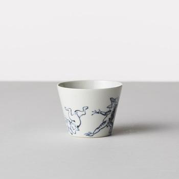 長崎県波佐見町と佐賀県有田町で作られている『馬場商店』の陶磁器たち。日本最古の漫画といわれる国宝「鳥獣戯画」の図柄を描いた「そば猪口」は、飲み物を飲むカップとしても、そのまま並べてインテリアとしても使えそうです。