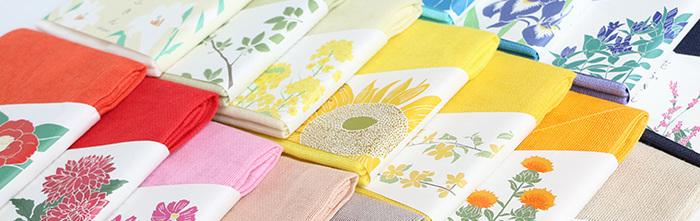 奈良県の特産品である蚊帳生地を使用した『中川政七商店』の花ふきんは、グッドデザイン賞を受賞した名品です。蚊帳生地を2枚重ねで縫い合わせた大判で薄手のふきんは、吸水性、速乾性ともに優れています。