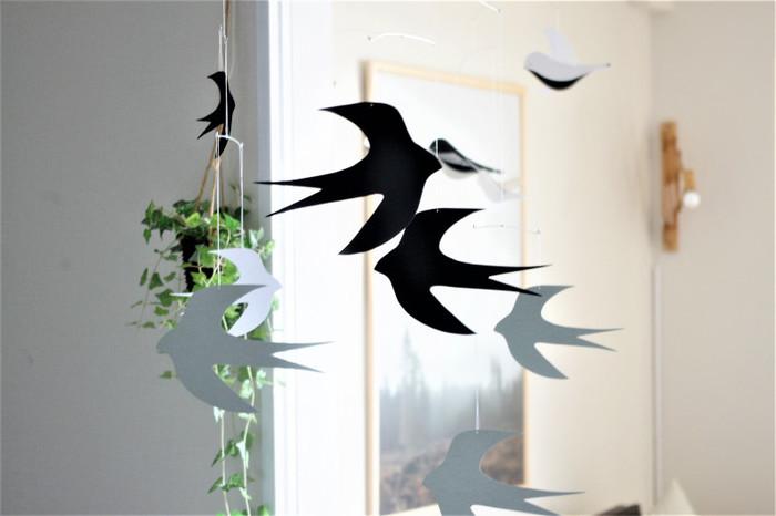 縁起の良い「ツバメ」モチーフ。鳥のモチーフは大きな窓辺に飾りたくなりますね。