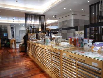 全国各地の和紙を取りそろえている店内。書道用紙、日本画、水墨画、版画、ちぎり絵、押し花などさまざまな和紙を販売しています。