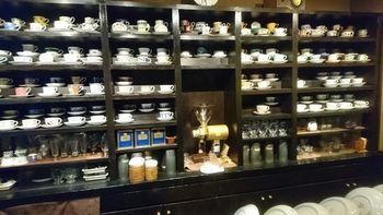 店内に入ると、カウンターにずらりと並ぶコーヒーカップが目にとまります。常連さんの中には、お気に入りのカップをリクエストする方もいらっしゃるんだとか。色とりどりのカップを眺めながら待つ時間も楽しいですね。
