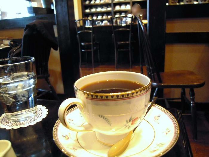 古民家から移築した古材を使っている店内は、落ち着いた雰囲気です。数種類の豆をブレンドした看板メニュー「ブレンドコーヒー」は、まろやかな味わいが魅力。美しいカップに注がれたコーヒーの香りに癒されそう。  静かな空間でおいしいコーヒーをいただけば、ほっと心がなごみます。