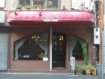 レンガ造りの外壁と、アーチ型のガラスが印象的な「グレースカフェ」。小伝馬町・三越前駅からそれぞれ歩いて3分ほどの場所にあります。十思公園からも近いので、観光しながら立ち寄るのも良いですね。