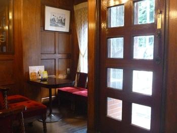 えんじ色の布張りソファがレトロな店内。手入れが行き届いていて居心地の良い空間です。毎日通う方がいるほど、地元では知られた喫茶店なんです。