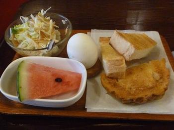喫茶店といえば「モーニング」。グレースカフェのモーニングは、定番のトーストとサラダ、ゆで卵、それに季節のフルーツがセットになっています。早めにウチを出発して、ゆっくり朝ごはん…というのもいいですね。