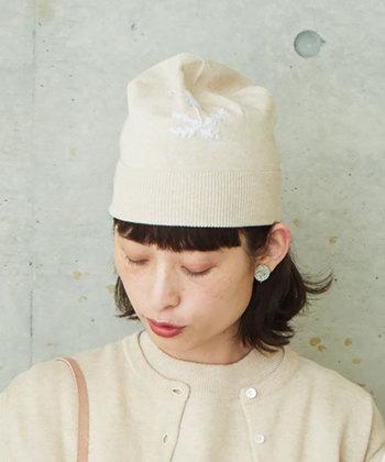 こちらのキュートなニット帽は「bulle de savon(ビュルデサボン)」の20年前の復刻アイテムです。レトロ感のある帽子は、頭にちょこんと乗せて可愛く着こなしたいですね。