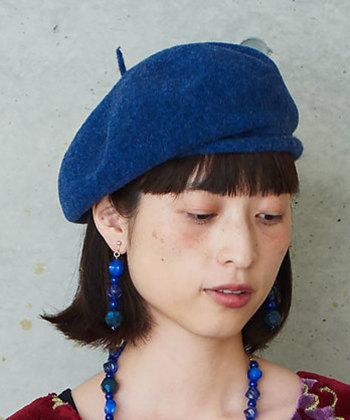 ウール素材で作られた、シンプルなベレー帽です。定番のグレーやホワイトではなくあえてブルーを選ぶことで、シンプルなシルエットのベレー帽もおしゃれで個性的な印象に。