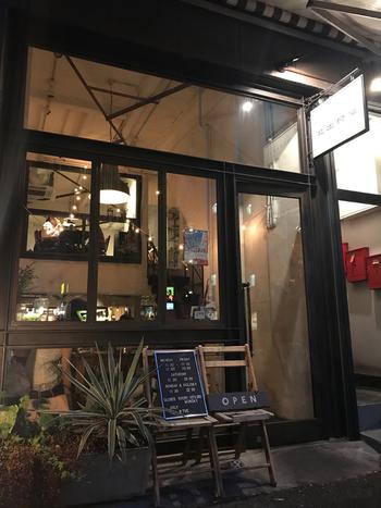 日比谷線の小伝馬町駅から5~6分ほど歩いたところにある、大きなガラス張りのお店が目印の「北出食堂」。元は工場だった場所をリノベーションして建てられたお店は、NY・ブルックリン風スタイルがカッコいいと評判です。