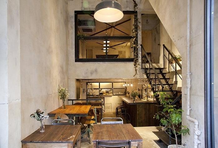 手作りのテーブルや棚は、オーナーである北出茂雄氏と鈴木誠氏のセンスが光ります。アットホームな雰囲気で、仕事帰りの方や家族連れ、女子会など毎日多くのお客さんで賑わっています。  中2階には10~18名で囲める大きなテーブルもあり、ホームパーティーのような時間を過ごすこともできますよ。