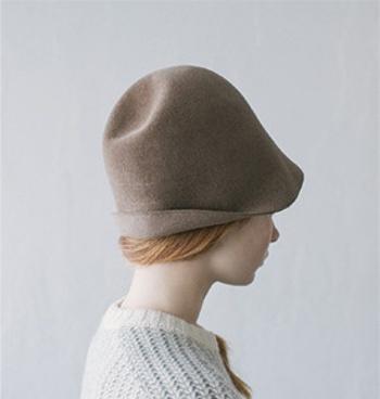ウールフェルト素材を使用して作られたこちらのハットは、ツバを折り返してみたり、トップをヘコませたりと、好みの形に変形させられるのが大きな特徴です。その日の気分や服に合わせて、帽子の形も変えられるなんて素敵ですよね。