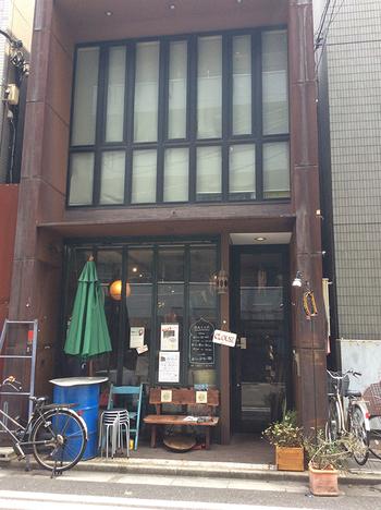 元々、世界各国の雑貨を扱っていたお店が、フードメニューも扱うようになったという「DALIA食堂」。日比谷線小伝馬町駅を出てすぐのところにあり、ウッディな外観が目印のお店です。