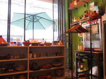 窓際にディスプレイされた数々の雑貨は、手仕事のものが中心で、食器や小物など、見ているだけでわくわくするものばかり。おしゃれなインテリアも真似したくなりますね。