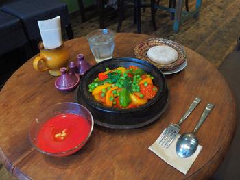 DALIA食堂でいただけるのは、モロッコ料理。オリーブオイルやクミンやシナモンなどの香りが高いスパイスを使うのが特徴です。モロッコの家庭料理では野菜も多めに使うので、ヘルシー志向の女性にも人気なんですよ。素材を活かした調理法は、野菜の色が鮮やかですね。