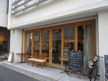 2009年にオープンした「フクモリ」は、小伝馬町駅から歩いて6~7分のところにあります。大きなガラス扉が開放的な雰囲気。「一人でも立ち寄れるカフェ兼定食屋」がコンセプトで、女性に人気です。