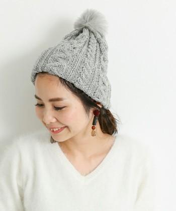 トップにポンポンがあしらわれた、季節感たっぷりのニット帽です。冬までしっかり使えるニット帽なので、できるだけ長く使いたいという人におすすめ♪