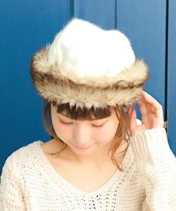 フェルト風の生地の周りを、フェイクファーでぐるっと囲んだロシアン帽風のハットです。キュートでフェミニンな印象の帽子なので、コーデのメインアイテムとして活用したいアイテムですね。