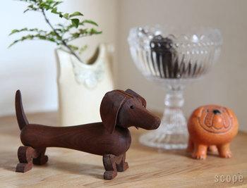 KAY BOJESEN DENMARK(カイ・ボイスン・デンマーク)の木製アニマルは、モンキー以外にも犬・象・うさぎなどさまざまな動物が。こちらのダックスフントも愛嬌たっぷりです。