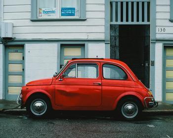 2000年から車検制度が導入されたとはいえ、日本人からみると驚くほどボロボロの車が多く走っているフランス。お気に入りの車を長く大切に乗り続けているのは、エコかもしれませんね。