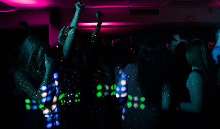おおらかな印象のフランス社会でも、現代社会に生きている限りストレスとは無縁ではありません。家に引きこもって鬱々と過ごすより、時には、クラブで夜通し踊ってもやもや気分を発散させるのも大好き。気持ちを切り替えるのがとっても上手です。