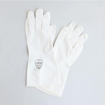 水が手に直接触れないゴム手袋は、水仕事の強い味方♪ ハンドクリームを塗った手にビニール手袋をはめて、その上にゴム手袋をはめると、家事をしながらハンドパックもできちゃうのでぜひお試しを♪