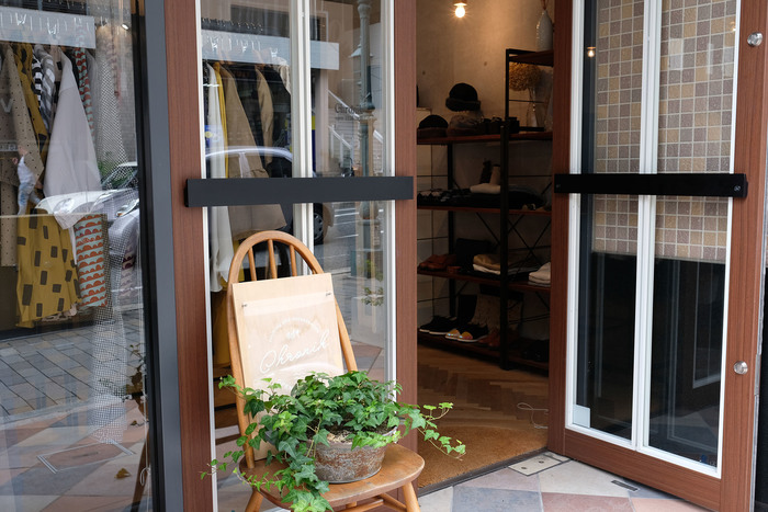 """Chronikは2006年に誕生したファッションアイテムが中心のセレクトショップです。 """"時代を旅する""""をコンセプトに新しいけど普遍的で大切にしたくなるアイテムが並びます。 路地裏の1号店のtit.の2階にオープンし長く営まれ、2016年1月にトアロード沿いの路面店に移転したばかり。 神戸で華のあるメインストリートで、ずっと愛されるようなアイテムを取り揃えています。"""