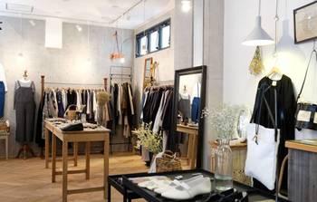 国内外のさまざまなブランドとオリジナル商品で構成された店内。 ベーシックなアイテムから旬のデザインものまでがスタンバイされています。 お店の方とおしゃべりしながら、自分らしい着こなしを見つけられるでしょう。