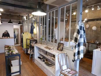 2015年にオープンした同店は、ブローチの専門店でtit.として初のこころみとなる複合ビルの1階にあります。 その名の通り、ハンドメイドの作品やアンティークのブローチをたくさん取り扱っています。 洋服や小物もセレクトして、トータルでブローチを付けて完成するようなファッションを楽しめる提案がされています。