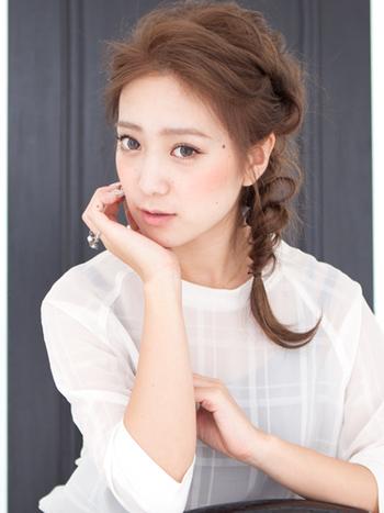 手ぐしで髪をかきあげながら、サイドでゆるく三つ編みにした、とっても女らしいアンニュイなスタイルです。