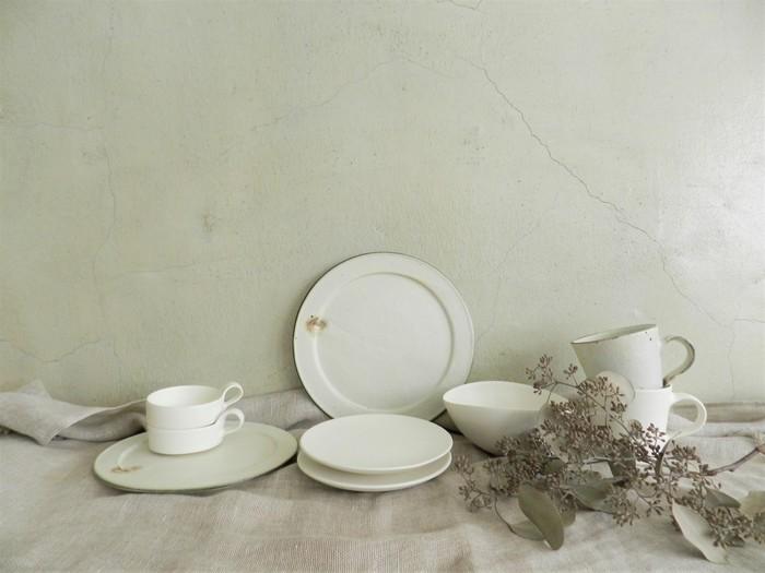 十河隆史さんの陶器も。 シンプルでありながらも味わいのある器を秋冬にホッとした時間のお供にいかがでしょう。 無造作である美しさがありますね。