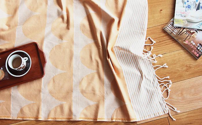■コットンブランケット The wave  アフリカのデザインにインスピレーションを受けたスウェーデンのデザイナーたちが生み出しているHouse of Rym。大きな曲線とストライプ柄からなるブランケットは、キュートで爽やか雰囲気が魅力。床に敷いてあるだけで、お部屋がグッとおしゃれに見えますよ。