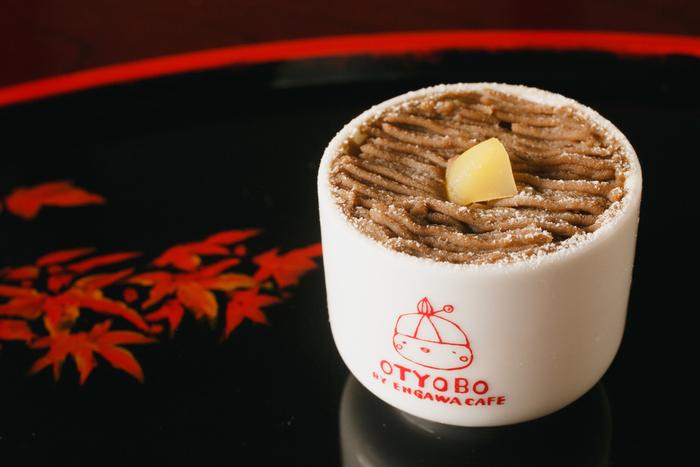 お麩屋さんが経営するカフェ『OTYOBO』では、焼麩や生麩をいかした手作りスイーツがメインで提供されています。そんな『OTYOBO』のメニューの一つに「生麩のほうじ茶モンブラン」があり、お麩の食感を生かした新感覚のモンブランとして人気を集めています。かわいいカップに入っているこのモンブランは、テイクアウトも可能です。