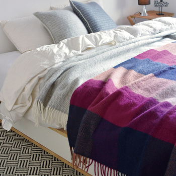 秋冬のベッドルームに定番のアイテムが、大判のあたたかなブランケット。模様や柄が大きめのものを選ぶと、より一層、お部屋が華やぎます。