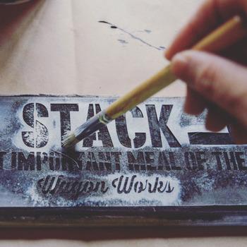 木材を自分好みの色にペイントできるのも、DIYの醍醐味のひとつですよね。全体にワックスや塗料を塗る時には、大き目の刷毛が活躍します。一方、文字やイラストを描いたりステンシルでアレンジする時には、太さの違う筆やステンシル用の筆を揃えておきましょう。