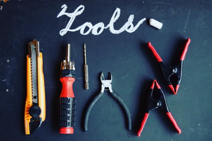 """インテリア小物から本格的な家具まで、今や自分で手作りする""""DIY""""が当たり前の時代なっています。 でも、そんな中でもまだまだDIYの敷居は高く、興味はあるけど何から始めたらいいのかわからない…という方も多いのではないでしょうか? そこで今回は、DIYの基本の道具&使い方をはじめ、初心者さんでも挑戦しやすい小物やインテリアの作り方、知っておくと便利なDIYの裏ワザをご紹介します♪"""