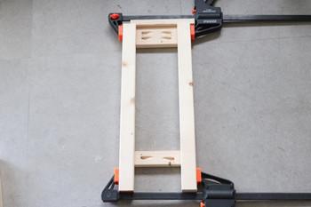 たとえばインテリア雑貨などの簡単な仮止めや、狭い場所での作業には、洗濯ばさみのようなミニクランプが便利です。一方、家具などを製作する際に作業台に木材を固定したい時や、広い場所で作業する時にはC型やF型のクランプがおすすめです。