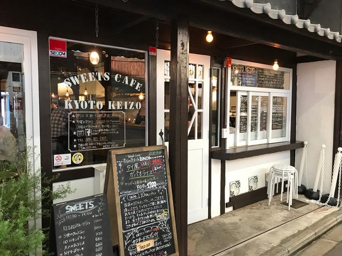 テレビなどで紹介され、瞬く間に行列必至のお店となった『Kyoto KEIZO』は三条会商店街に佇むカフェで、スイーツだけでなく、タコライスやカレーといったフードメニューも充実しています。