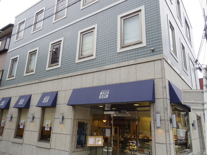 お店の場所は京都御苑から南へすぐ、青いビルが目印です。ビルの2階にある工場でケーキや焼き菓子が一つ一つ作られています。1935年に創業し、戦前からチョコレートの製造販売を続けているのだとか。