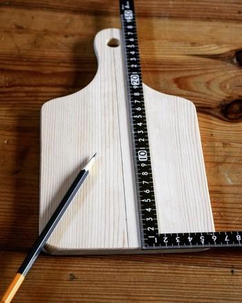 一方、さしがねは直角に曲がった金属製の定規で、表・裏、内側・外側に目盛りが付いているのが特徴です。L字型のさしがねは長さを測る・垂直な線を引く・直角を確かめる・45°の線を引く・湾曲させて曲線を引くなど、様々な使い方ができます。目盛りは尺・寸のものと㎝・㎜で表示されているものがありますが、普段見慣れている㎝・㎜表記の方がおすすめです。