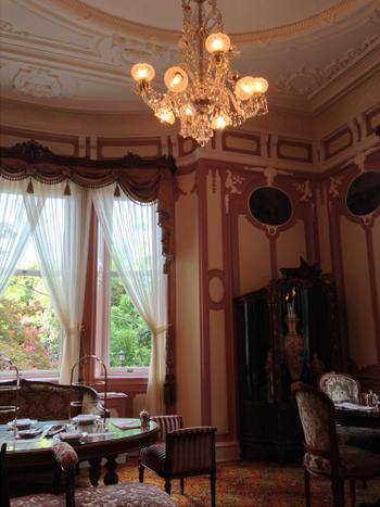 「バカラ社」製のシャンデリアや、英国王室御用達の「メイプル社」の家具など、なんとも豪奢な調度品が居並びます。  まるで宮廷の中にいるよう。
