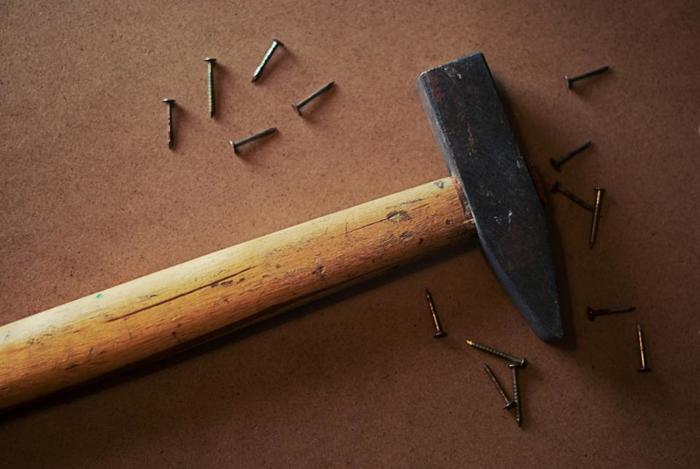 """材料を組み立てる際に必要なのが、釘を打ち付ける「金槌(ハンマー)」です。金槌にも様々な種類がありますが、とくに釘抜きが付いた""""箱屋金づち""""や""""ネイルハンマー""""は、釘を打ち損じた時に便利です。金槌は釘を打つ時だけではなく、板をはめ込む時などにも使えるので、こちらもぜひ揃えておきましょう。"""