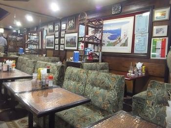 地下に降りた店内は、渋い内装で昭和レトロな雰囲気。オフィスビルに囲まれた外の喧噪から離れた空間は、ひとり静かにリラックスしたい時にもぴったりです。