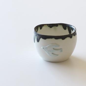 小鳥のモチーフが付いた、ふんわりと柔らかなカップ。カップの縁から内側にまで垂れるように仕上げられているので、どこか和風の雰囲気に。