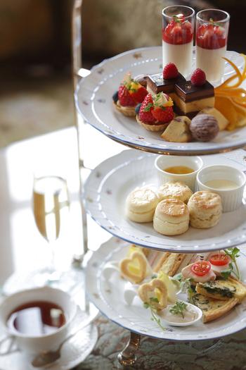 「アフタヌーンティーセット」を予約すれば、「迎賓の間」で美しい調度品を眺めながら、ゆったりとお茶の時間を過ごすことができます。
