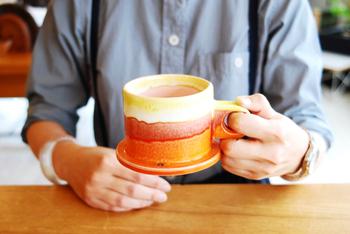 温かいコーヒーが欲しくなる…そんな季節になりました。飲み終わったあとに、ほっと笑顔になれる。そんな幸せデザインが潜んだカップを集めました。