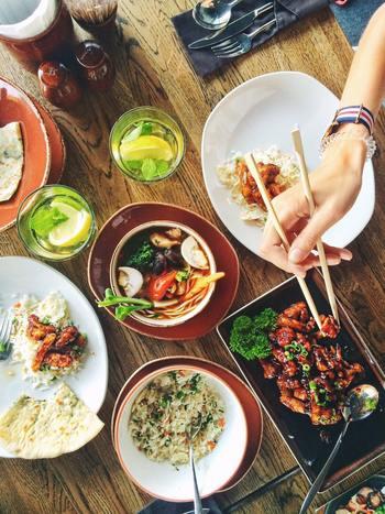 参加した人数分だけテーブルに食べ物が並びます。たくさんのお料理を食べられるので、新しい味や食べ方を見つける楽しみも。