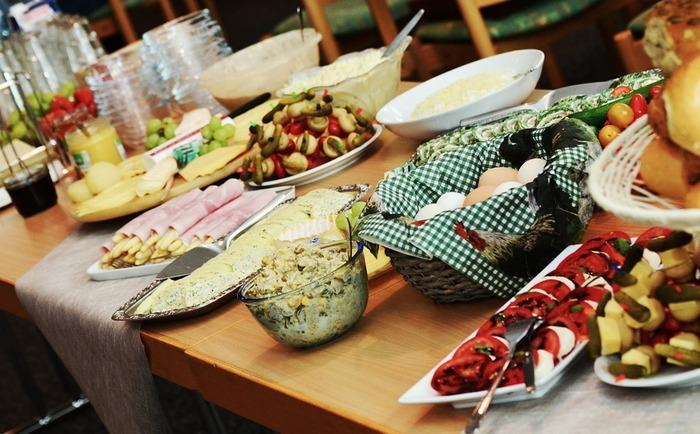 ポットラック(potluck)を直訳すると「あり合わせの料理」という意味。それにパーティ(party)がついて「持ち寄りご飯会」になります。パーティって聞くと大層だけれど、これだと何だか気楽な感じがしてきませんか?