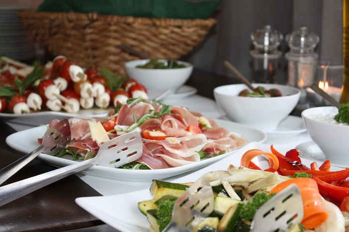 ポットラックパーティーはテーブルのお料理をみんなで取り分けるイメージ。シェアしやすいお料理がいいですね!
