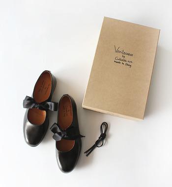デザイナー若林正裕氏×Veritecoeurのドレスシューズは、替え紐が付いているので2パターンの履き方を楽しめます。